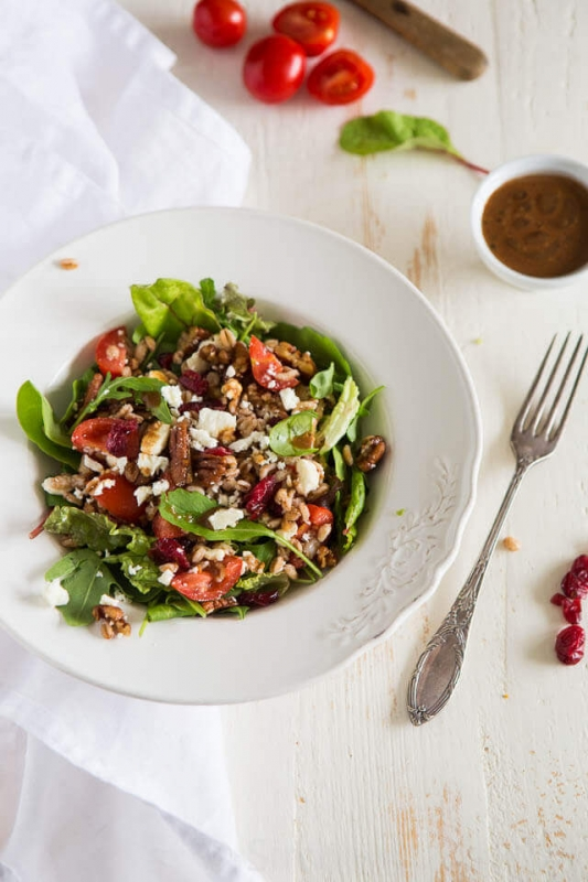 Farro salade met feta en dadel-vijgen dressing