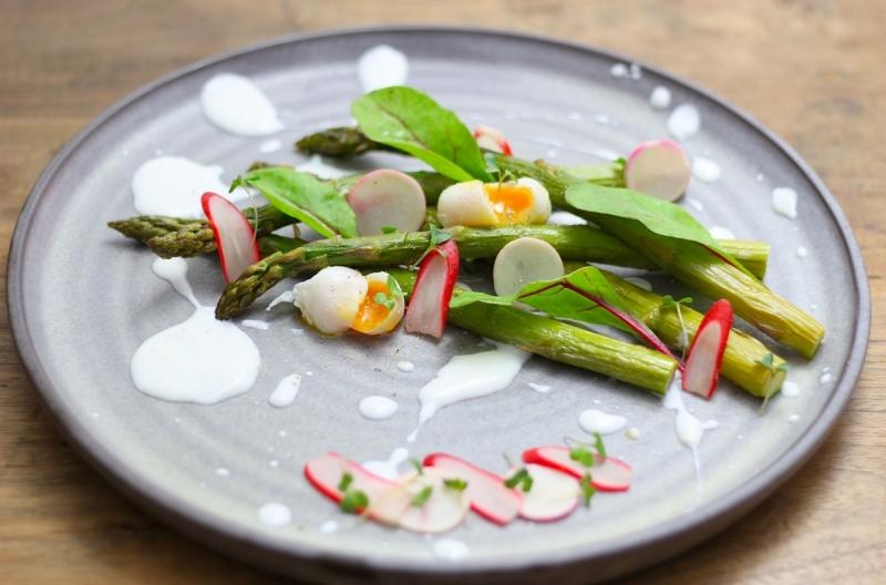 Geroosterde asperges met gemarineerde voorjaarsgroenten en citroen-geitenyoghurt