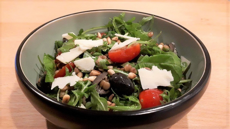Linzensalade met tomaatjes en olijven