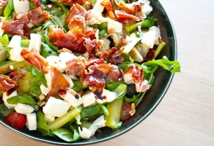 Salade van tomaat en krokante ham